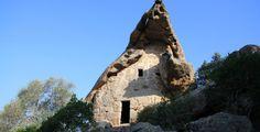 L'Oriu di Canni, un abri sous roche étonnant en Corse du Sud Corsica, Porto Vecchio, France Travel, Mount Rushmore, Mountains, Photos, Shed Houses, Travel, Men