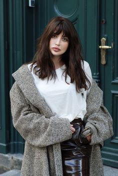 dark brown hair to embrace the fall - dark brown hair to embrace the fall - dunkelbraunes Haar, um den Herbst zu umarmen - dunkelbraunes Haar, um den Herbst zu umarmen - Fringe Hairstyles, Hairstyles With Bangs, Pretty Hairstyles, Bangs Hairstyle, Hairstyle Ideas, Bangs For Round Face, Long Hair With Bangs, Short Bangs, Brown Hair With Fringe