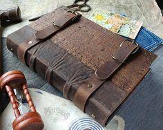 Grimorio de madera hecho a mano uno de una revista tipo