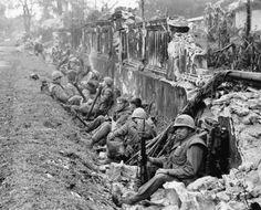 Gefechtspause: Eine Einheit US-Marines ruht sich nach einem Kampf um die...