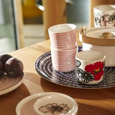 Oiva - Siirtolapuutarha Räsymatto cup without handle, whit In fall Marimekko's Oiva tableware featuring cups, plates and trays is adorned with Räsymatto and Eläköön elämä patterns in pink, dark blue and vibrant red. Marimekko Fabric, Round Tray, Ceramic Tableware, Scandinavian Living, Nordic Design, Goods And Service Tax, Coffee Cups, Kitchen Dining, Floral Prints