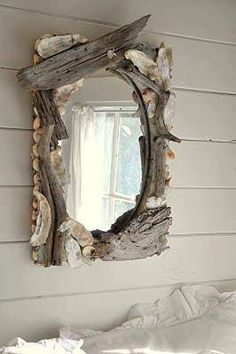 Espelho com moldura em bocados de madeira trazidos pelo mar.