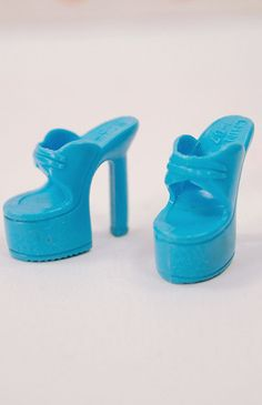 Slick and cool! These platform heels will have you standing extra tall! Should fit all Barbies.