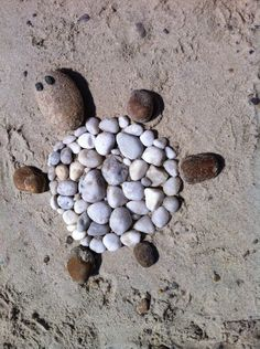 Beach art - Beach art You are in the right place about sewing crafts Here we offer you the most beautiful pictu - Land Art, Beach Activities, Activities For Kids, Beach Games, Nature Activities, Art Plage, Art For Kids, Crafts For Kids, Beach Crafts