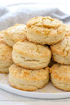 Flaky and buttery homemade biscuits hot from the oven! I guarantee these little buttermilk biscuits will disappear fast from the dinner table. Bread Recipes, Chicken Recipes, Cooking Recipes, Muffin Recipes, Homemade Buttermilk Biscuits, Buttermilk Bread, Fluffy Biscuits, Buttery Biscuits, Cooking Bread