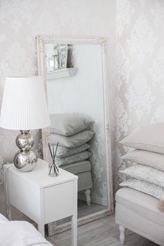 Makuuhuoneen harmoninen tunnelma Bedroom Decor, Bedroom Ideas, Floating Nightstand, Room Inspiration, New Homes, House Design, Interior, Table, Furniture
