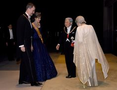 Spanish King Felipe VI (L) and Queen Letizia (2nd L) are welcomed by Japanese Emperor Akihito (2nd R) and Empress Michiko (R) upon their arrival at the Imperial Palace in Tokyo for the state banquet on April 5, 2017.  .The Spanish royal couple is on a four-day state visit to Japan. / AFP PHOTO / POOL / TORU YAMANAKA