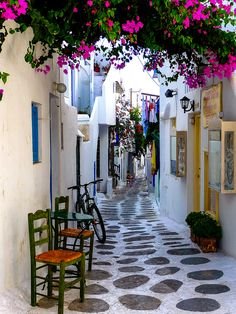 GRECE Springtime walk in the traditional old town of Parikia on Paros - Greek Islands Greece/Grekland Beautiful Streets, Beautiful World, Beautiful Places, Places Around The World, Oh The Places You'll Go, Places To Travel, Paros Greece, Paros Island, Nature Photography