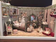 Rustic bedroom in scale miniature Miniature Quilts, Miniature Rooms, Miniature Crafts, Miniature Houses, Cabin Dollhouse, Dollhouse Dolls, Dollhouse Miniatures, Barbie Furniture, Dollhouse Furniture