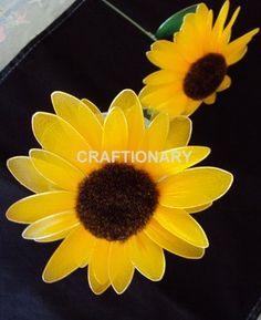 Egy igazi nyári virágot készítünk el, a napraforgót. Acraftionary.netoldalon találtam ezt a remek leírást, hogyan készítsünk napraforgót. Alapanyagok:  sárga és zöld harisnya sárga és zöld drót napraforgó közép szár szártakaró sablonok 4 cm és 5 cm ragasztó olló, fogó  Elkészítés:  11 darab sárga szirmot készítünk a 4 cm-es sablonnal. 13 darab sárga…
