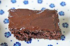 Bag en kæmpestor lækker svampet og fedtfattig chokoladekage med kaffeglasur på under 1 time. Kagen er uden æg og der er nok til 30-40 lækkersultne munde.