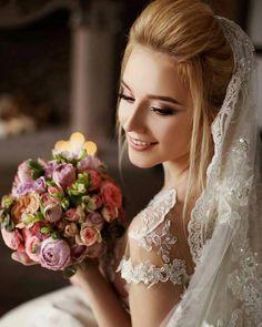 Невеста в свадебном наряде: свадебный образ невесты в платье от салона Кураж #weddingposes
