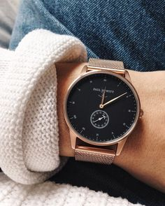Edle Paul Hewitt Armbanduhr in Roségold und schwarzem Ziffernblatt. Passt besonders gut zu Casual Mode und gibt ihr einen eleganten Touch. Rosegold Wrist Watch with black clock face #wristwatches #uhrenfürfrauen #rosegoldwatch | Stylefeed