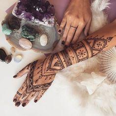 On craque pour ce tatouage au henné façon dentelle tout en finesse