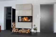 BRUNNER schwebender Eckkamin mit darunter liegendem Holzfach in klassischer Ausführung. BRUNNER floating corner fireplaces with wood shelf underneath in classic style.