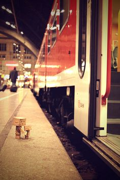 Danbo bringt Mini zum Zug / Danbo takes Mini to the train Danbo, Miss Piggy, Cardboard Robot, Box Robot, Metro Paris, Amazon Box, Cute Box, Little Boxes, Toys Photography