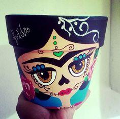 Diseño Catrina by Analú historietta Diseño Catrina by Analú historietta Flower Pot Art, Flower Pot Design, Flower Pot Crafts, Clay Pot Crafts, Fall Crafts, Crafts To Sell, Halloween Crafts, Diy And Crafts, Arts And Crafts
