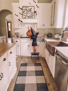 Easy Halloween Home Decor Ideas - Life by Leanna Halloween Kitchen Decor, Farmhouse Halloween, Halloween Mantel, Halloween House, Holidays Halloween, Easy Halloween Decorations Diy, Halloween Decorating Ideas, Fall Kitchen Decor, Halloween Witches