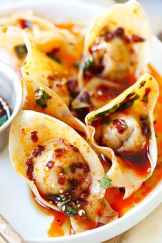 Sichuan Red Oil Wontons - Delicious and mouth watering wontons in red oil and black vinegar sauce. Easy recipe for homemade spicy wontons for dinner today. Best Dumplings, Chinese Dumplings, Dumpling Recipe, Wonton Recipes, Appetizer Recipes, Appetizers, Easy Delicious Recipes, Yummy Food, Recipes