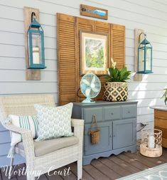 Ideas for how to create a cozy and inviting porch. #screenedinporchdecoratingideas #screenedinporchfurniture #porchideas #outdoorlivingspace