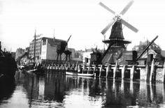 Gezicht op de Admiraliteitskade, met oliemolen De Reus op de hoek van de Infirmeriestraat. 1900 GAR