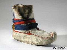 Lapland, saami, sapmi boots of reindeer skin Summer Camp Crafts, Camping Crafts, Lappland, Walking Gear, Scandinavian Folk Art, First Nations, Santa Hat, Traditional Outfits, Arctic
