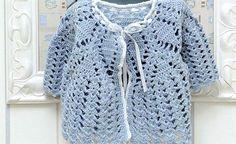 O crochê pode ser trabalhado de várias formas, mas ele é principalmente usado para fazer roupas e acessórios. Separamos 5 modelos de casacos de crochê para você se inspirar. Casaco de crochê para crianças É comum as pessoas comprarem artesanatos feitos