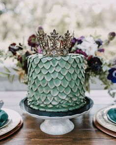 Any Game of Thrones fans out there? Daenerys Targaryen herself would be proud of this Queen of Dragons cake! See all of the incredible G.O.T. baby shower  #onIBTtoday! (Photo by @michelledudleyphotography Cake: @sugar_kiss_baking_co Vintage Rentals: @sundrop_vintage)