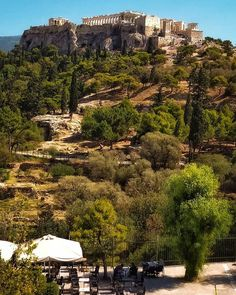 Where to eat in Athens city! Find the best restaurants in Athens! A traditional tavern, a vegetarian restaurant or a Michelin starred restaurant, the choice is yours! My Athens, Athens City, Athens Greece, Athens Nightlife, Athens Restaurants, Best Pubs, Michelin Star, Travel Info, Best Places To Eat