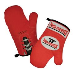Pack a punch in your kitchen with these fun Food Fighter oven gloves from Mustard. A pair of red boxing glove styled oven mitts that will give your hands a fighting chance when handling dishes straight from the oven. Cool Kitchen Gadgets, Cool Kitchens, Kitchen Stuff, Kitchen Hacks, Funky Gifts, Oven Dishes, Coupon Lady, Oven Glove, Gift Exchange