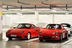 Distant cousins. Guards red 959 next to a 993. #everyday993 #Porsche