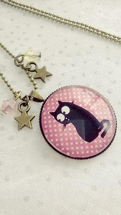 Collier cabochon verre motif chat sur un fond rose avec des pois blancs : Collier par soo-happy
