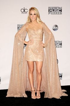 Carrie Underwood aux American Music Awards Jennifer Lopez, Kendall Jenner, Selena Gomez, American Music Awards 2015, Carrie Underwood, Red Carpet, Nude, Dresses With Sleeves, Beige