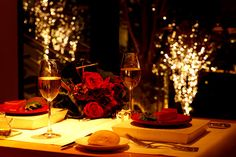 Romantic table decorating ideas for Valentine's Day became symbol or element of the Valentine's Day too like red color, candles, flowers, chocolates and hearts. Valentine's Day is the most romantic Romantic Table, Romantic Dinners, Romantic Times, Restaurants Gastronomiques, Dining Table Design, Date Dinner, Easy Healthy Breakfast, Plate Sets, Dinner Table