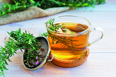 Dried or used fresh in culinary dishes or extracted as an oil and used in hand creams, soaps, and applied topically to treat chronic dry skin (eczema) and ward off Herbal Remedies, Home Remedies, Natural Remedies, Rosemary Tea, Herbs For Health, Eat The Rainbow, Healing Herbs, Detox Recipes, Herbal Tea