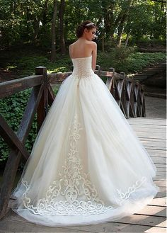 Elegant Tulle Sweetheart Neckline Ball Gown Wedding Dresses with Appliques