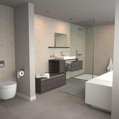 ... licht grijs. Vrijstaand bad met badmengkraan en spiegel in planchet