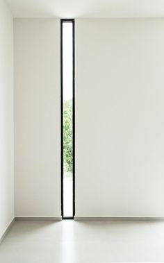 Fenster-Stil Ideen schmale senkrechte Fenster / / der schwarze Rahmen um das schmale Fenster an der weißen Wand macht dem schmalen Fenster, die viel mehr einer Aussage in den Raum.