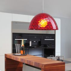 Suspension Rouge Transparent STELLA par Koziol - Une surface irrégulière pour un jeu d'ombre et de lumière dans votre cuisine ou salon