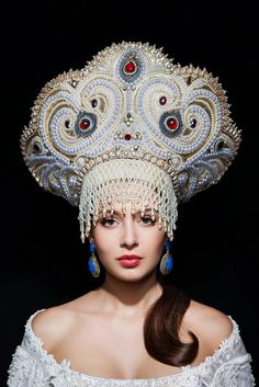 This elaborate headpiece would be worn by a Ymysdatic Queen on her wedding. Russian Beauty, Russian Fashion, Best Travel Accessories, Hair Accessories, Dress Dior, Mode Russe, Foto Fantasy, Russian Folk, Russian Style