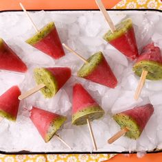 Boozy Watermelon Ice Pops Cool off with a boozy ice pop that tastes like summer! This frozen dessert recipe looks and tastes like a refreshing watermelon slice. Take advantage of the warmer weather and get outside and enjoy these boozy watermelon pops! Watermelon Ice Pops, Watermelon Slices, Fruit Ice Pops, Watermelon On A Stick, Watermelon Appetizer, Watermelon Dessert, Frozen Watermelon, Helado Natural, Delicious Desserts