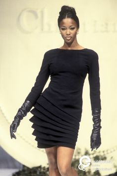 Naomi Campbell in Christian Dior on the catwalk for Spring-Summer 1992. Couture at it's finest.❤