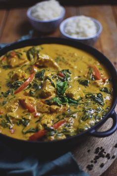 Chicken-Spinat-Curry: Soulfood leicht gemacht - My list of the most healthy food recipes Indian Food Recipes, Paleo Recipes, Asian Recipes, Dinner Recipes, Chicken Spinach Curry, Spinach Stuffed Chicken, Mets, Soul Food, Food Inspiration