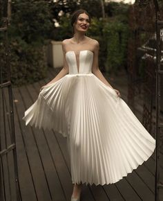High Fashion Wedding Dress Inspiration A striking modern statemen. High Fashion Wedding Dress Inspiration A striking modern statement & glamorous minimalist, modern looks w. Dresses Elegant, Pretty Dresses, Beautiful Dresses, Classy Gowns, Classic Dresses, Gorgeous Dress, Beautiful Bride, Vestidos Vintage, Vintage Dresses