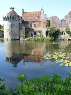 Scotney Castle, just outside of Lamberhurst in the southeastern county of Kent, England. The earliest record from 1137 gives the owner of the estate as Lambert de Scoteni. Robert Ashburnham is credited in building the castle c. Medieval Life, Medieval Castle, Palaces, Beautiful Castles, Beautiful Places, The Places Youll Go, Places To See, Castle Ruins, Castle House
