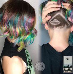 Eine kleine Ufo-Landung versteckt diese Instagrammerin unter ihrem bunten Haarschopf.