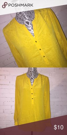 Banana Republic Blouse EUC. Puppy-loving smoke-free home. Sorry-no trades. All offers will be considered but please be respectful of the brand and the condition :) 20% discount if you bundle two or more items!  🛍 Happy Shopping! 🛍 Banana Republic Tops Blouses