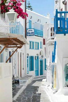 """Santorini, Greece trop propre, ma mère devrait y faire un tour, elle adorerait """"Philippi"""" Hotel in Mykonos town. Beautiful World, Beautiful Places, Wonderful Places, Places To Travel, Places To Visit, Travel Destinations, Magic Places, Future Travel, Greece Travel"""