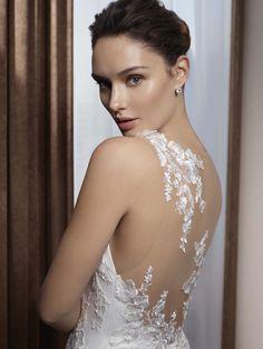 Durch die Kombination von Eleganz und Glamour passt die Kollektion Divina Sposa 2018 perfekt zu der Braut, die sich ihres Zaubers und ihrer Femininität bewusst ist. Durch das Material und die Schnitte spielen diese Brautkleider mit dem aktuellen Trend von klaren Linien, die Anmut und Glamour steigern und Sensualität aufleben lässt. Auf der Basis von Puderfarben, feiner Spitze und abnehmbaren Schleppen gibt Divina Sposa Dir den eleganten couture Look.