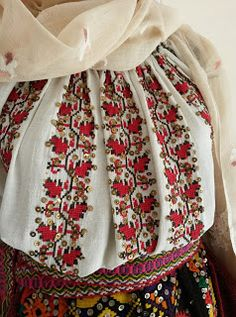 *etnobiblioteca*: Muzeul Satului - Un veac de frumusețe Hungarian Embroidery, Folk Embroidery, Embroidery Stitches, Embroidery Patterns, Floral Embroidery, Folk Costume, Costumes, Fashion Art, Collection